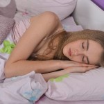 寝ている女性 画像